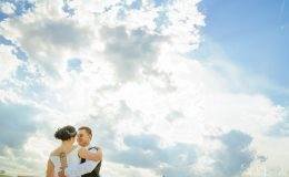 Сватба_шато_копса_карлово_сватбен_фотограф_ива_грозева_винарна_извън_софия_svatba_shato_kopsa_svatben_fotograf_поляна_жълта_иглика_лозя_фотосесия (19)