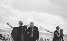 Сватба_шато_копса_карлово_сватбен_фотограф_ива_грозева_винарна_извън_софия_svatba_shato_kopsa_svatben_fotograf_поляна_жълта_иглика_лозя_фотосесия (20)